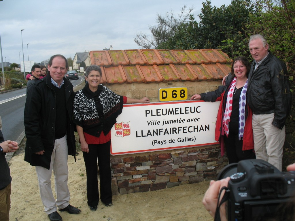 elage Pleumeleuc-Llanfairfechan : officialisation du panneau de jumelage